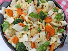 Karmazynowy makaron z warzywami