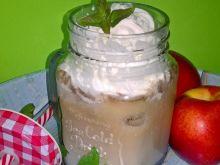 Kawa mrożona z bitą śmietaną i sosem jagodowym