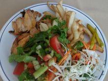 Kebab z frytkami i bukietem surówek