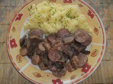 Kiełbasa podsmażana z pieczarkami i cebulą