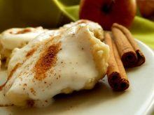 Kładzione kluski z jabłkami z śmietaną i cynamonem