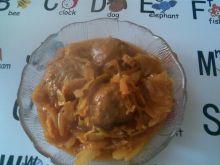 Klopsiki z kapustą włoską w sosie pomidorowym