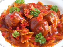 Klopsiki z papryką w sosie pomidorowym i makaronem