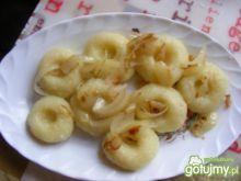 Kluski śląskie okraszone cebulką.