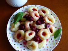 Kluski śląskie z sosem wiśniowym