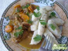 Kluski z sosem i wieprzowiną