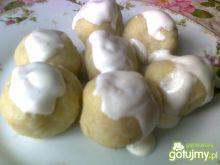 Kluski z truskawkami z sosem śmietanowym