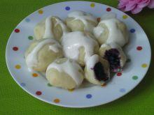 Kluski ziemniaczane z jagodami i śmietaną