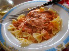 Kokardki w sosie pomidorowym z indykiem