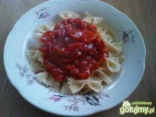 Kokardki z sosem spaghetti i papryką.