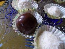 Kokosowe kuleczki w gorzkiej czekoladzie i bez