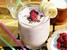 Koktajl jogurtowy z bananem i malinami