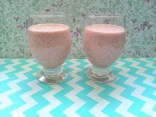 Koktajl jogurtowy z truskawkami i jabłkiem