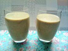 Koktajl mleczny z awokado, bananem, truskawkami