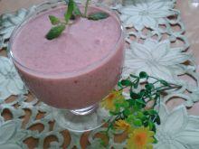 Koktajl truskawkowy z miodem i sokiem malinowym