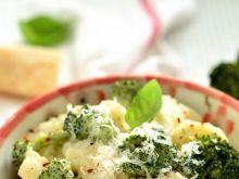 Kolanka w sosie serowym z brokułami