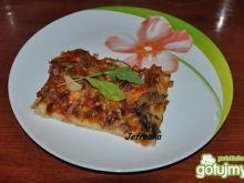 Kolorowa domowa pizza z rukolą