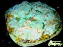 Kolorowa pizza domowa z kielbasą