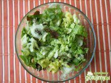 Kolorowa sałata z ogórkami