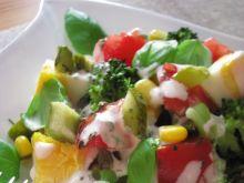 Kolorowa sałatka bazyliowa z ogórkiem małosolnym