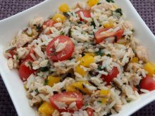 Kolorowa sałatka ryżowa z łososiem