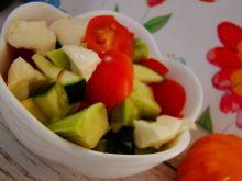 Kolorowa sałatka z awokado i cukinią