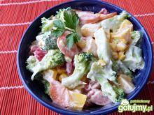 Kolorowa sałatka z brokuła i papryki