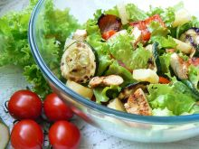 Kolorowa sałatka z dodatkiem grillowanych warzyw