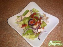 Kolorowa sałatka z gotowanym indykiem