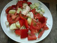 Kolorowa sałatka z gotowanym kurczakiem