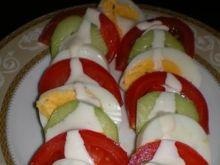 Kolorowa sałatka z jajek i warzyw