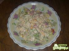 Kolorowa sałatka z kukurydzą i selerem