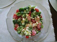 Kolorowa sałatka z łososiem i brokułami