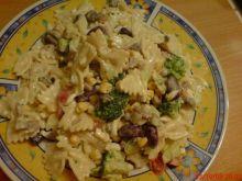 Kolorowa sałatka z makaronem i brokułami