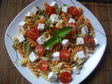 Kolorowa sałatka z makaronem i pomidorkami