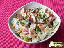 Kolorowa sałatka z makaronu i warzyw