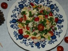 Kolorowa sałatka z makronem spagetti
