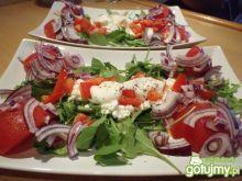 Kolorowa sałatka z serkiem wiejskim