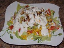Kolorowa sałatka z sosem i grzankami