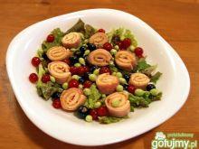 kolorowa sałatka z szynkowymi zawijasami