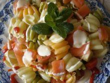 Kolorowa sałatka z wędzonym łososiem
