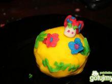 Kolorowe babeczki zdobione marcepanem