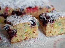 Kolorowe ciasto z porzeczkami
