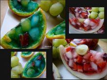 kolorowe galaretki w owocach