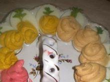 Kolorowe jajka faszerowane pasztetem