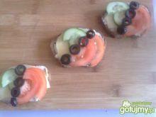 kolorowe kanapki z oliwkami