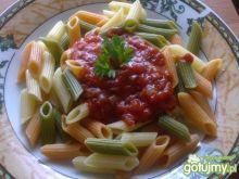 Kolorowe penne z sosem pomidorowym