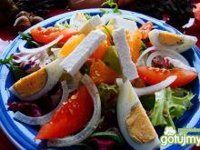 Kolorowe sałaty z fetą i jajkiem