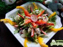 Kolorowe sałaty z kabanosem serowym