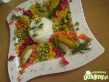 Kolorowy kurczak w towarzystwie warzyw